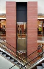 neuere Bauwerke/1224/glaeserner-aufzug-in-der-mueller-galerie-in Gläserner Aufzug in der Müller-Galerie in Reutlingen. (24. März 2007)
