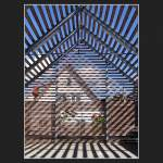 neuere Bauwerke/206/das-parkhaus-greift-die-doerfliche-bauform Das Parkhaus greift die dörfliche Bauform (Satteldachhaus) auf, löst das Gebäude aber in einzelne Holzlamellen auf, die Umgebung wirkt ins Innere. Fotografiert in Rot am See.